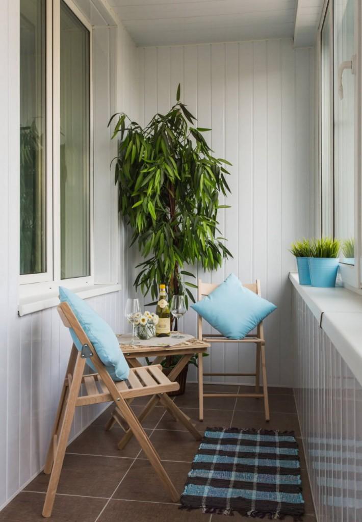 Деревянная мебель на балконе с обшивкой вагонкой