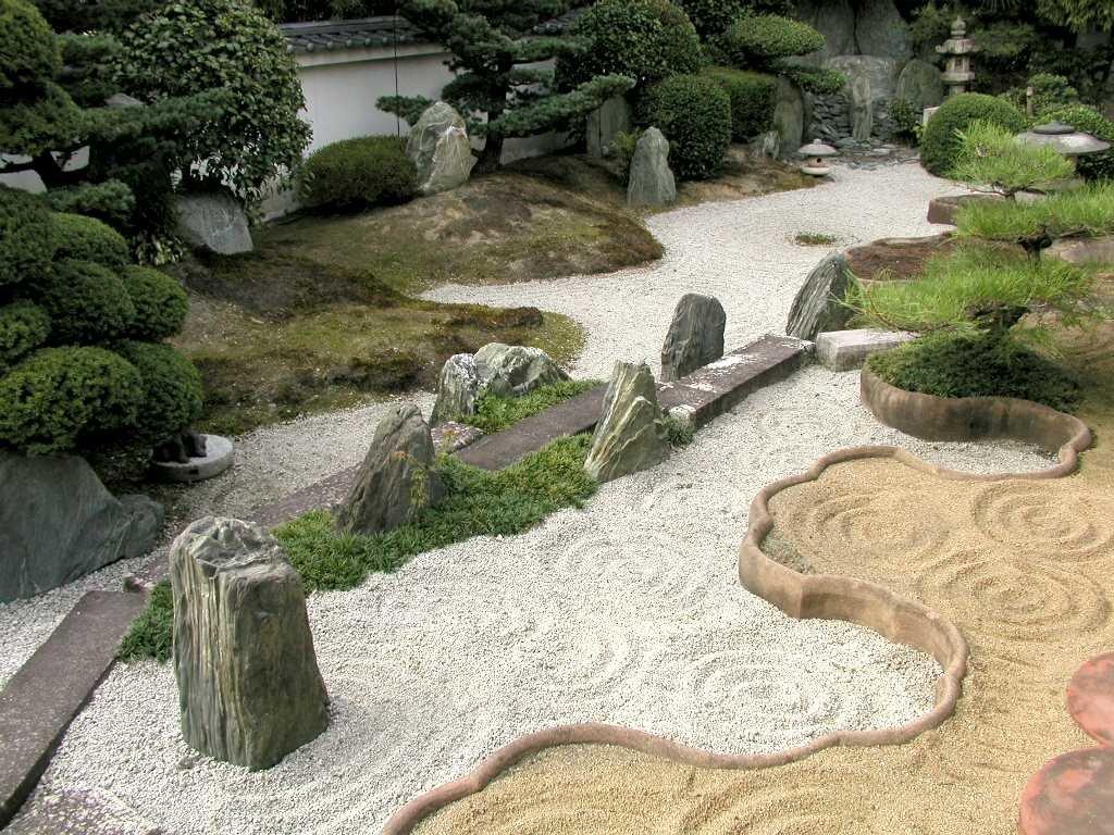 Мелкий щебень между крупными камнями в японском саду
