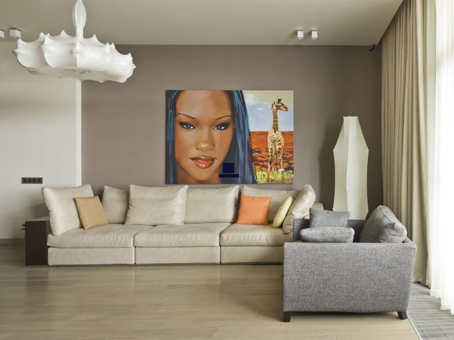 Картина с портретом в гостиной с минимумом мебели