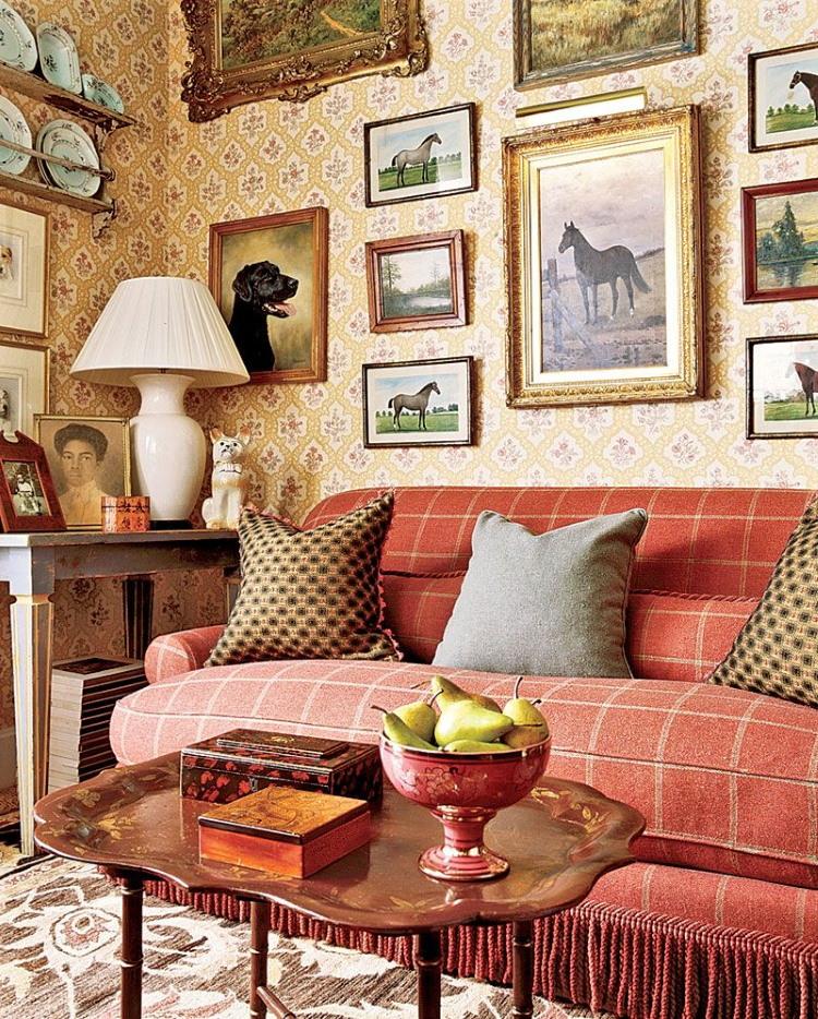 Коллекция картин над клетчатым диваном