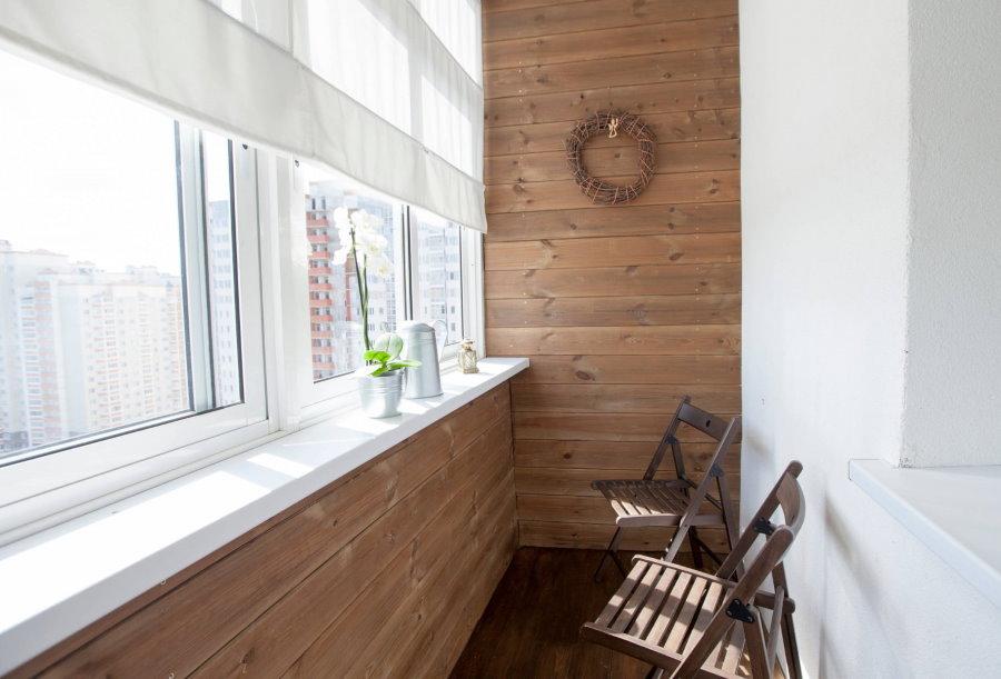 Комбинированная отделка застекленного балкона
