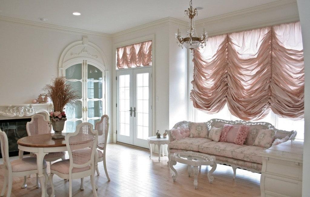 Пышные складки на коротких шторах в гостиной