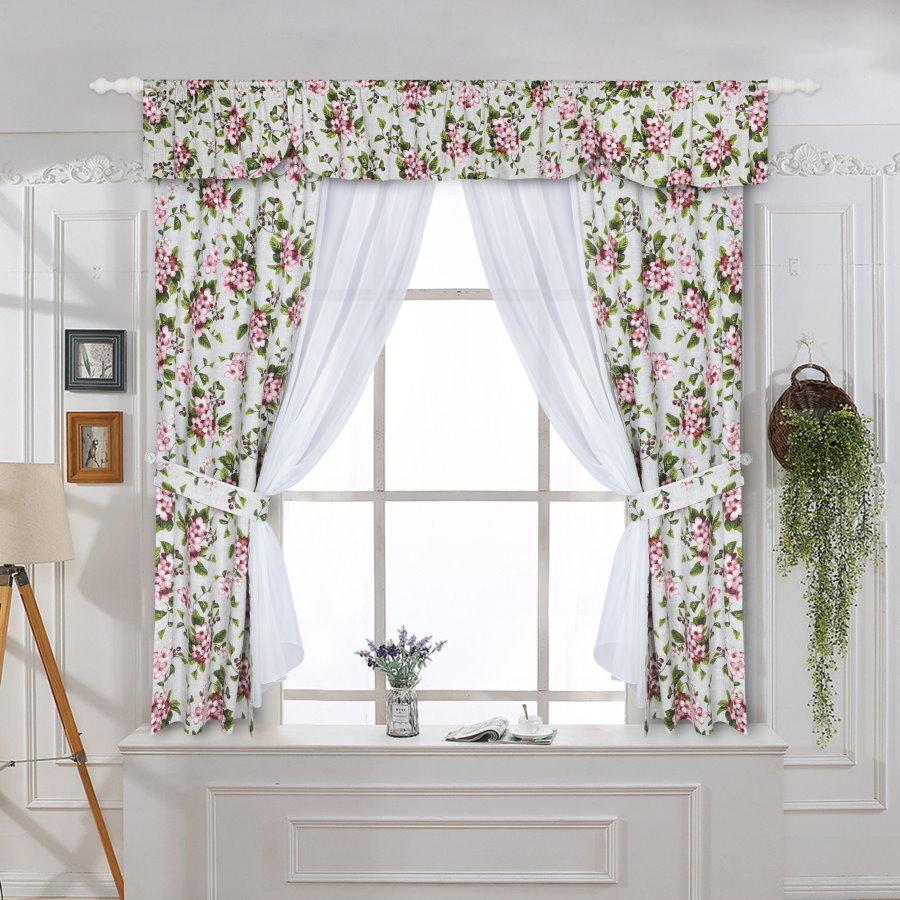 Оформление короткими занавесками окна в стиле прованс