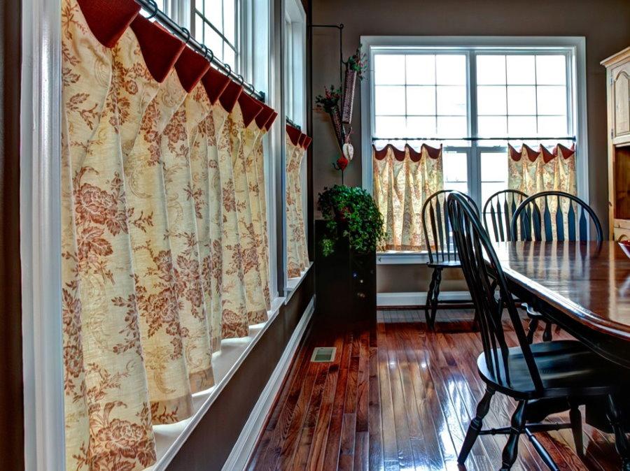 Окно гостиной комнаты с короткими шторами кафе