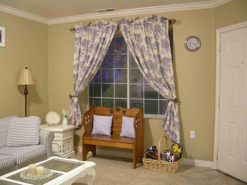 Пестрые шторы небольшой длины в гостиной стиля кантри