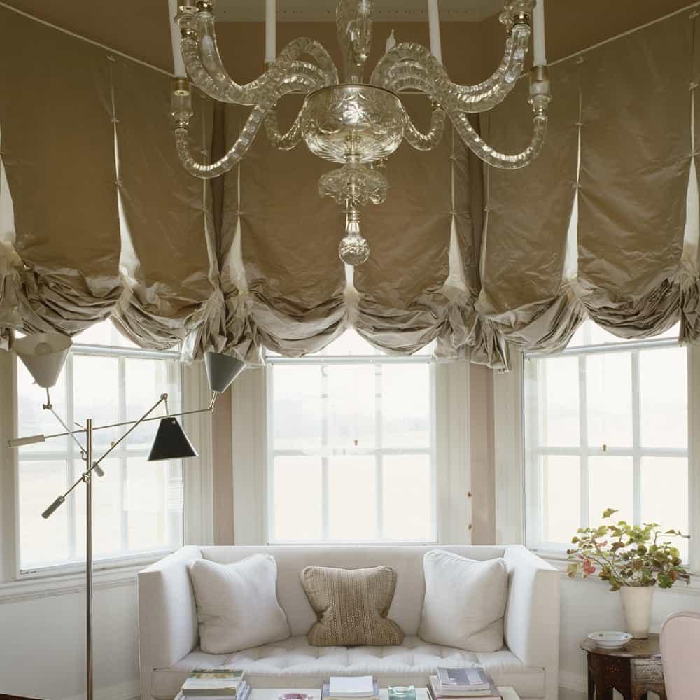 Оформление эркера гостиной красивыми шторами