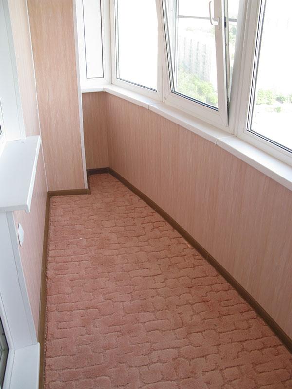 Небольшая лоджия с ковролином на полу