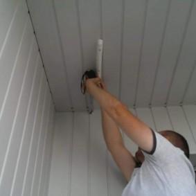 Крепление кронштейна сушилки на потолке балкона