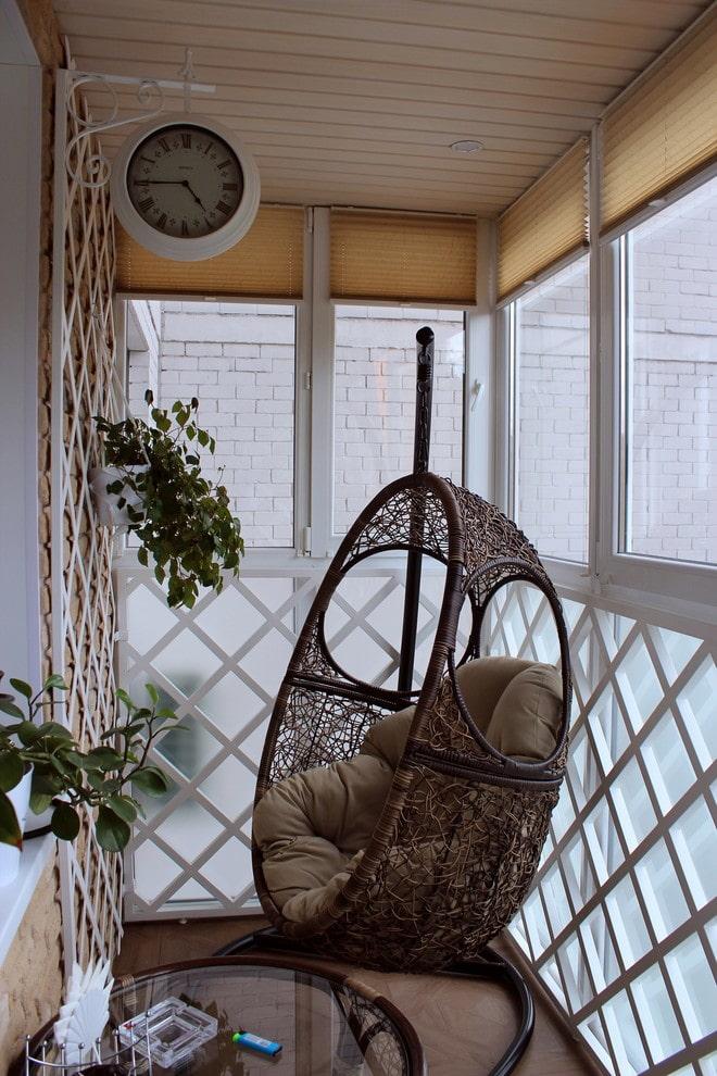 Подвесное кресло на стойке в интерьере балкона