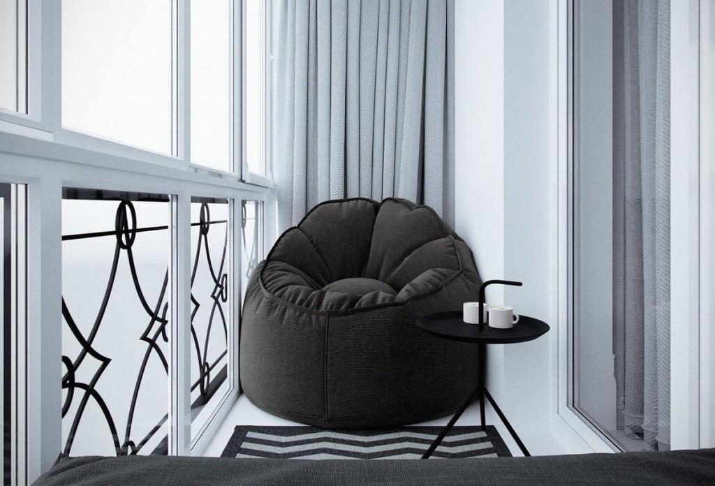 Кресло-мешок черного цвета на узком балконе