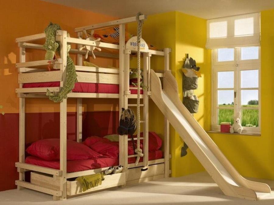 Кровать с горкой в углу детской спальни