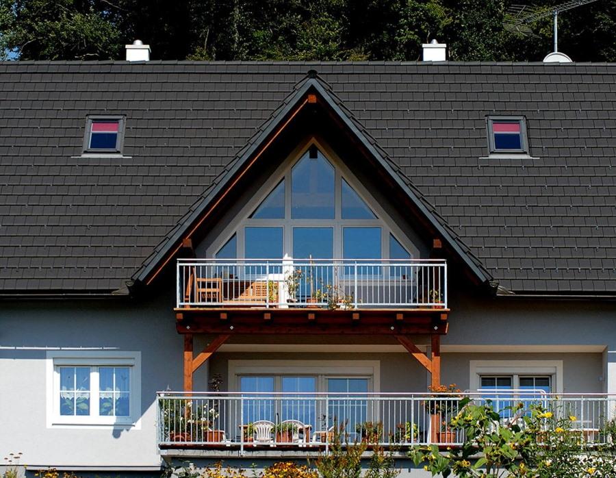 Мансарда большого дома с кровельным балконом