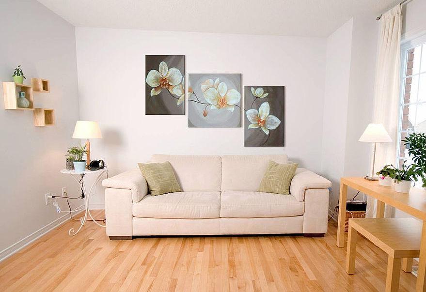 Размещение модульных картин над диваном лесенкой
