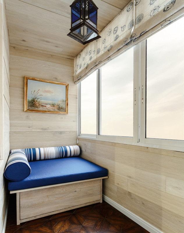 Обшивка напольным ламинатом стен на балконе