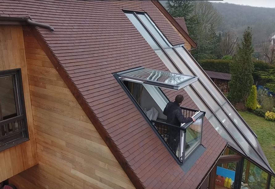 Балкон-окно в крыше мансарды частного дома