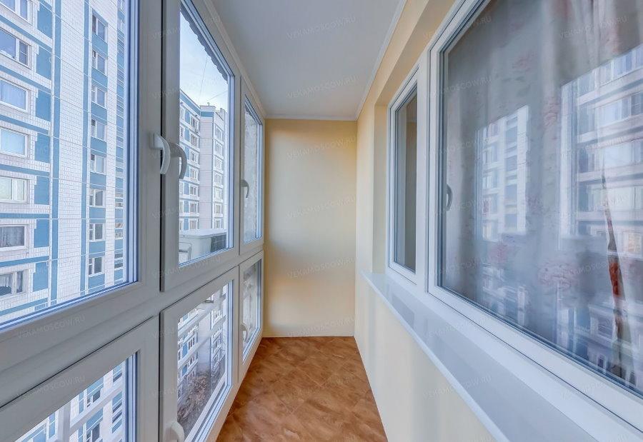 Панорамные пластиковые окна на балконе в квартире