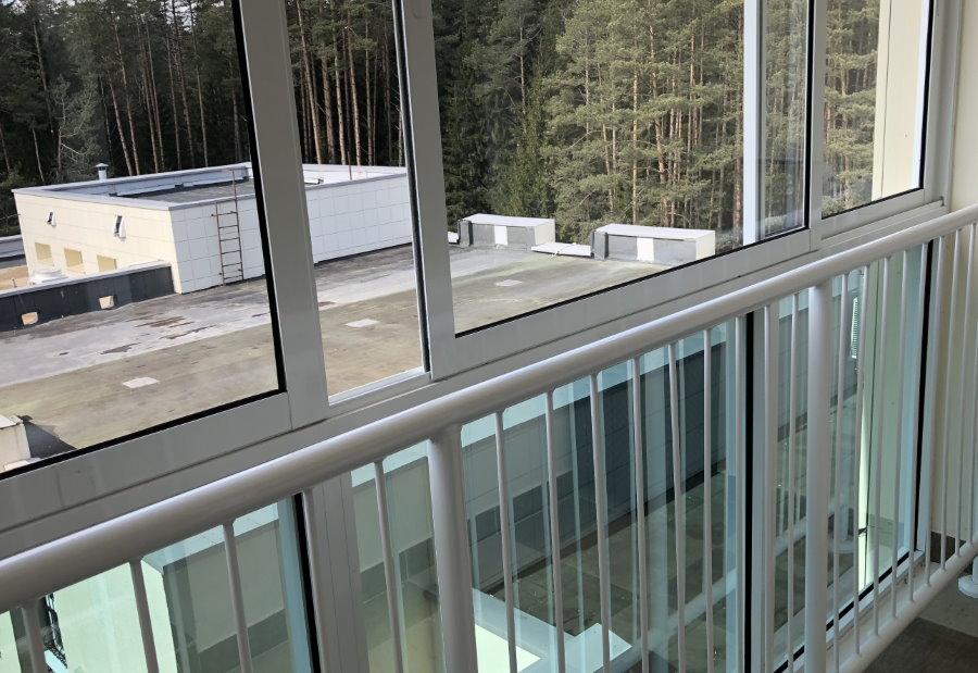 Металлический парапет на панорамном балконе
