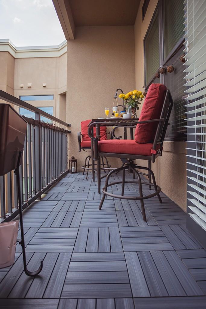 Открытый балкон с паркетом на полу