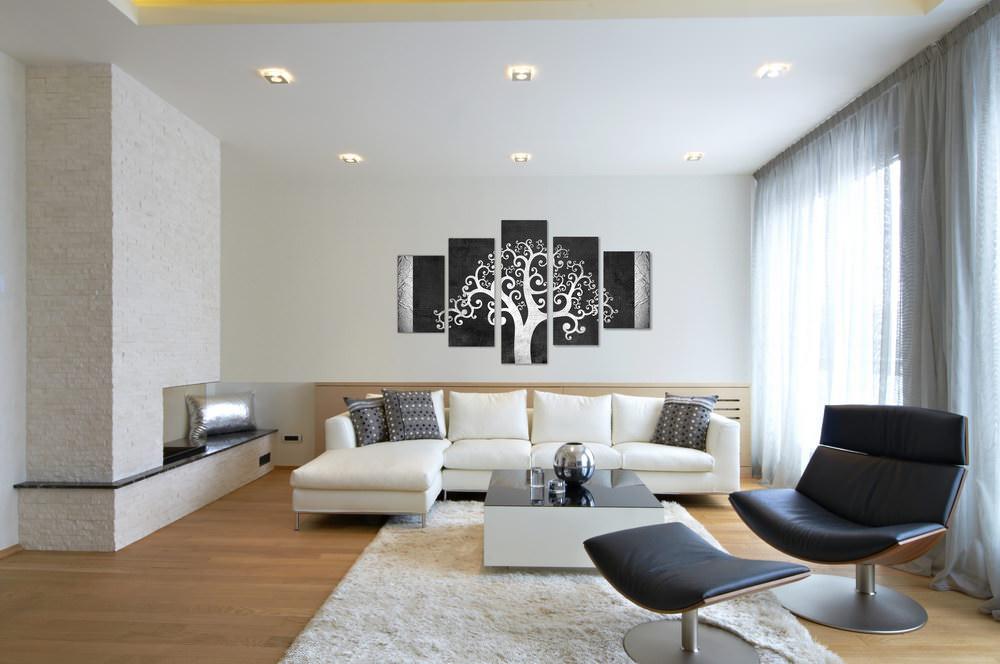 Полиптих с дерево на белой стене гостиной