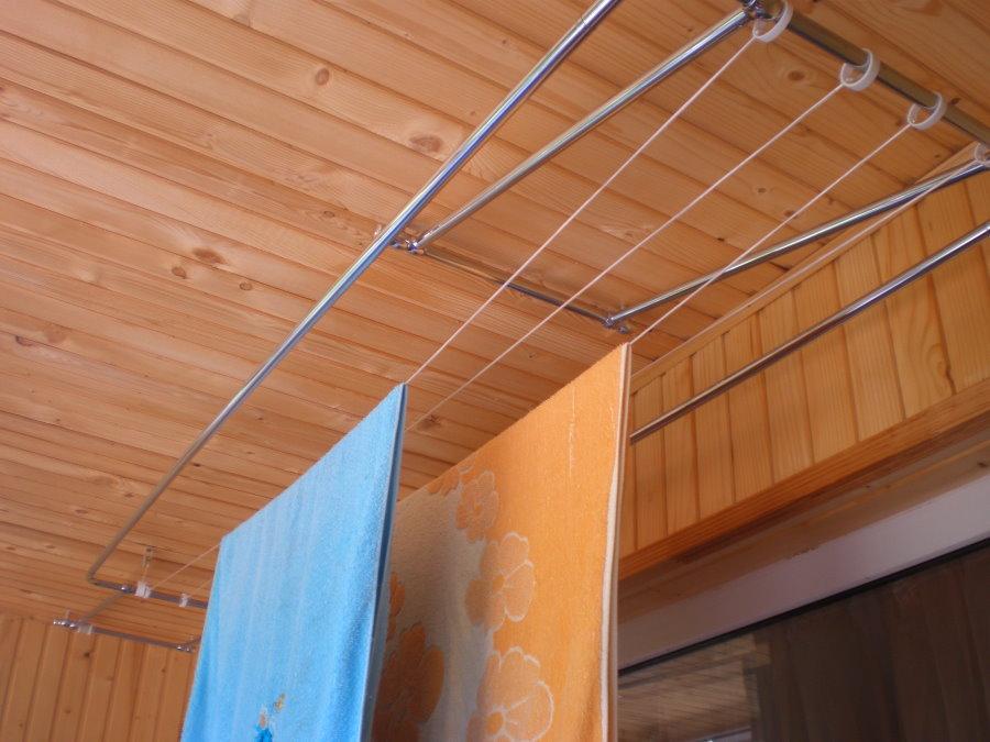 Сушка полотенец на потолочной лиане на балконе