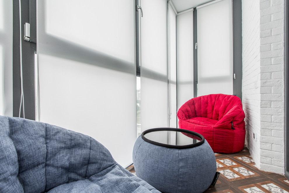 Бескаркасная мебель на балконе с рулонными шторами