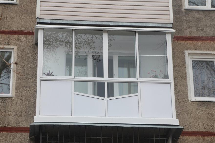 Фото пластикового остекления балкона снаружи