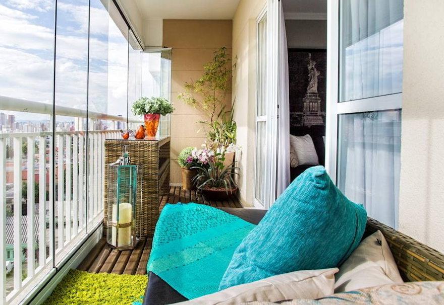 Декор цветами балкона с безрамным остеклением