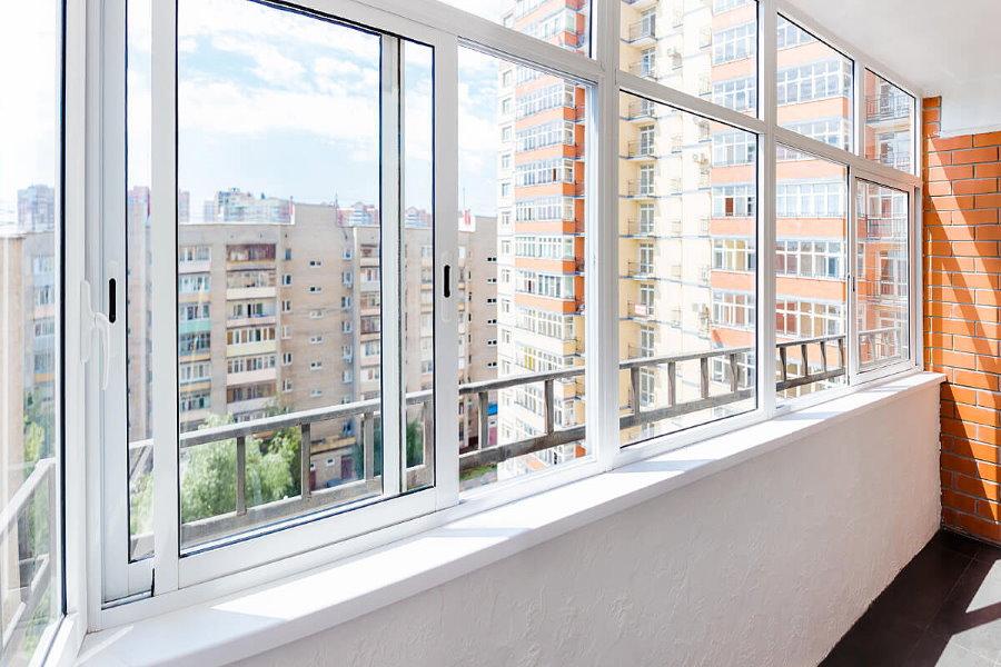 Раздвижное остекление длинного балкона