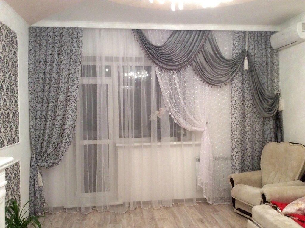 Декор окна с балконной дверью асимметричными шторами