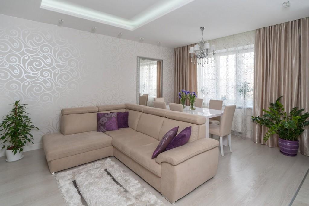 Плотные занавески в гостиной с угловым диваном