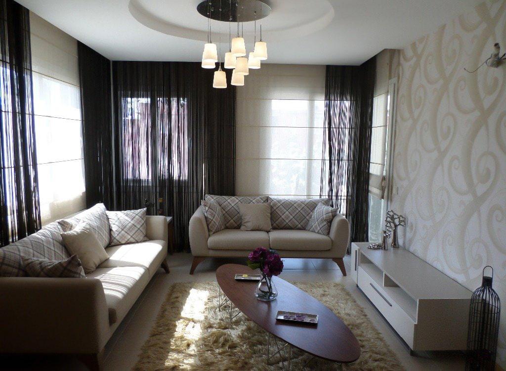 Нитяные шторы в гостиной с двумя диванами