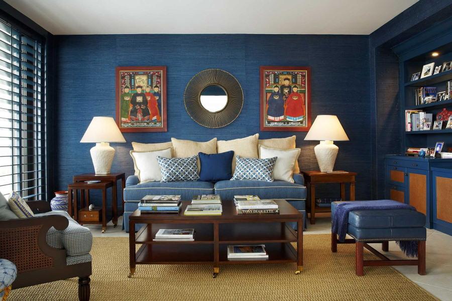 Темно-синие обои в гостиной городской квартиры