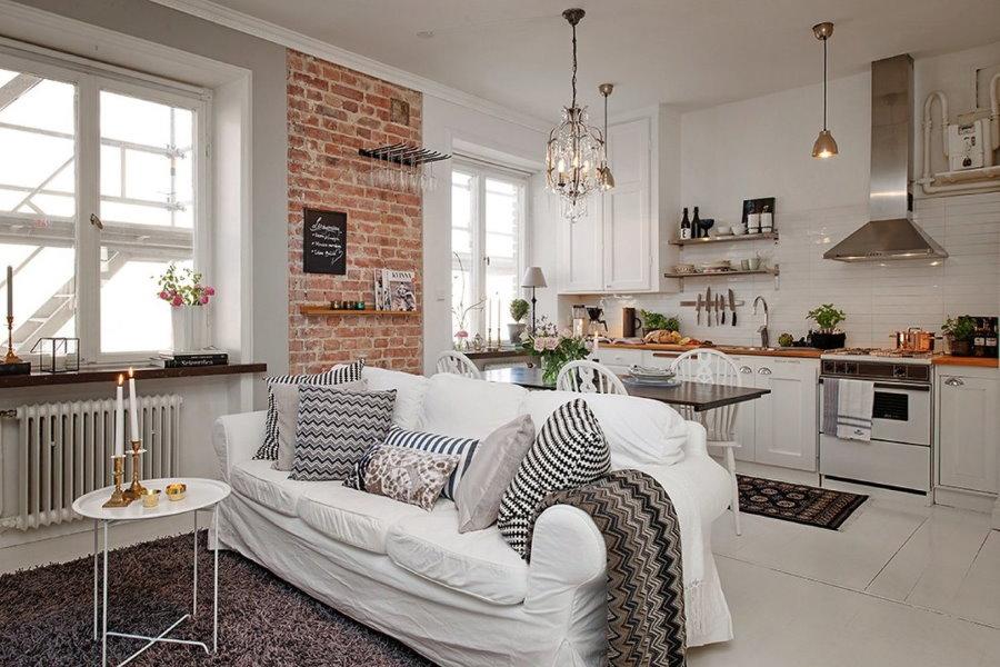 Белый диван в студии скандинавского стиля