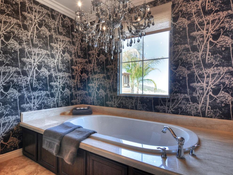 Стильный смеситель у бортика встроенной ванны