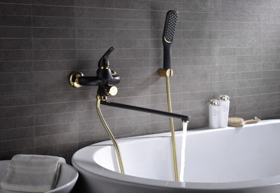 Стильный смеситель на серой стене ванной комнаты