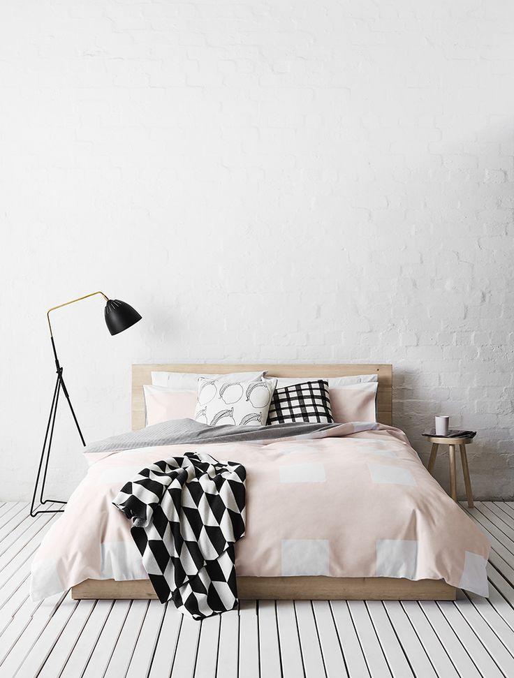Низкая кровать на деревянном полу спальни