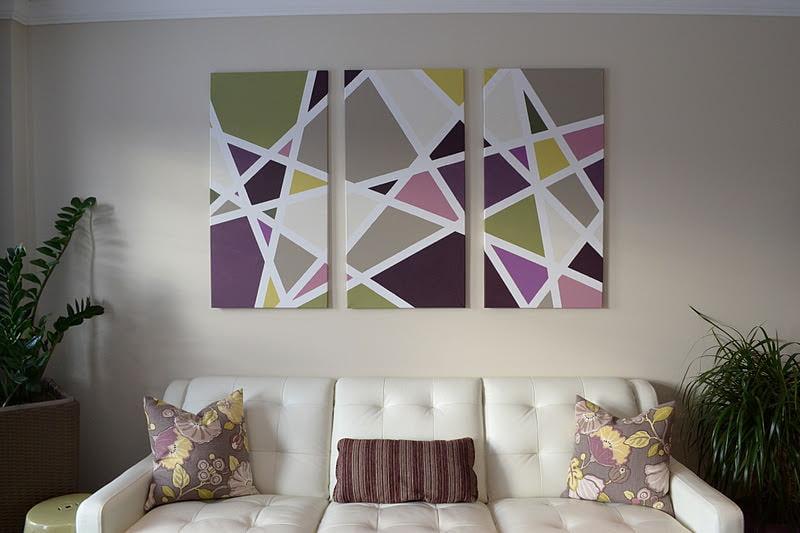 Размещение модульных картин над светлым диваном