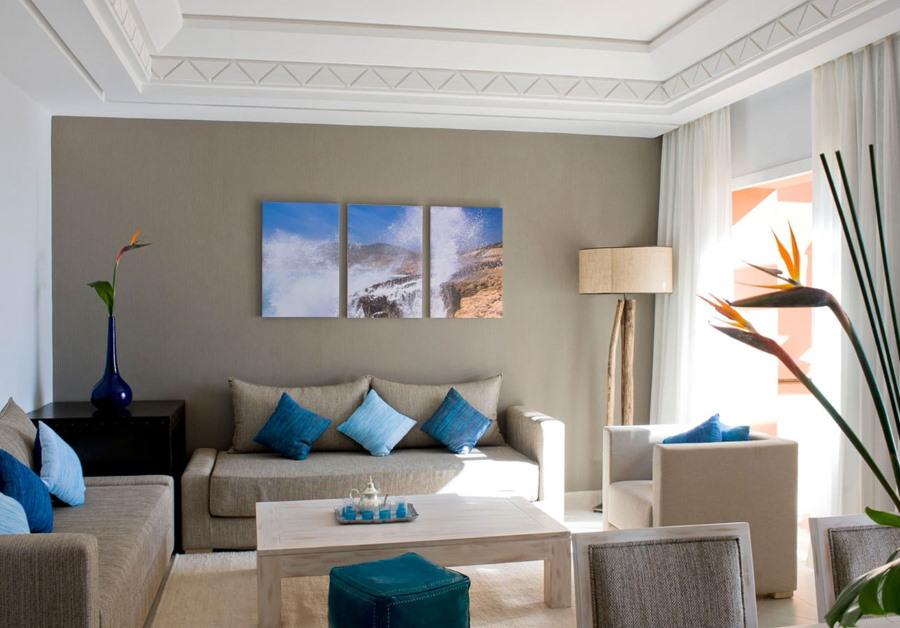 Триптих из модульных картин в гостиной квартиры