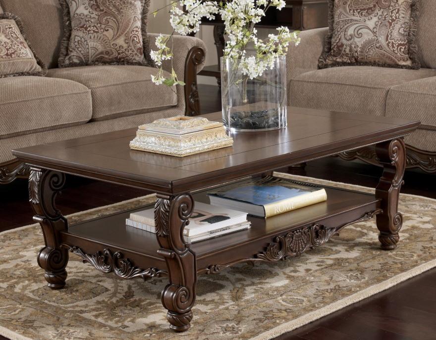 Журнальный столик из дуба в гостиной классического стиля