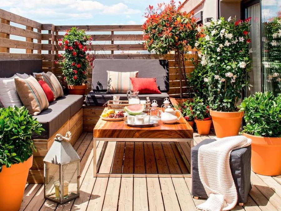 Живые цветы на балконе с деревянным полом