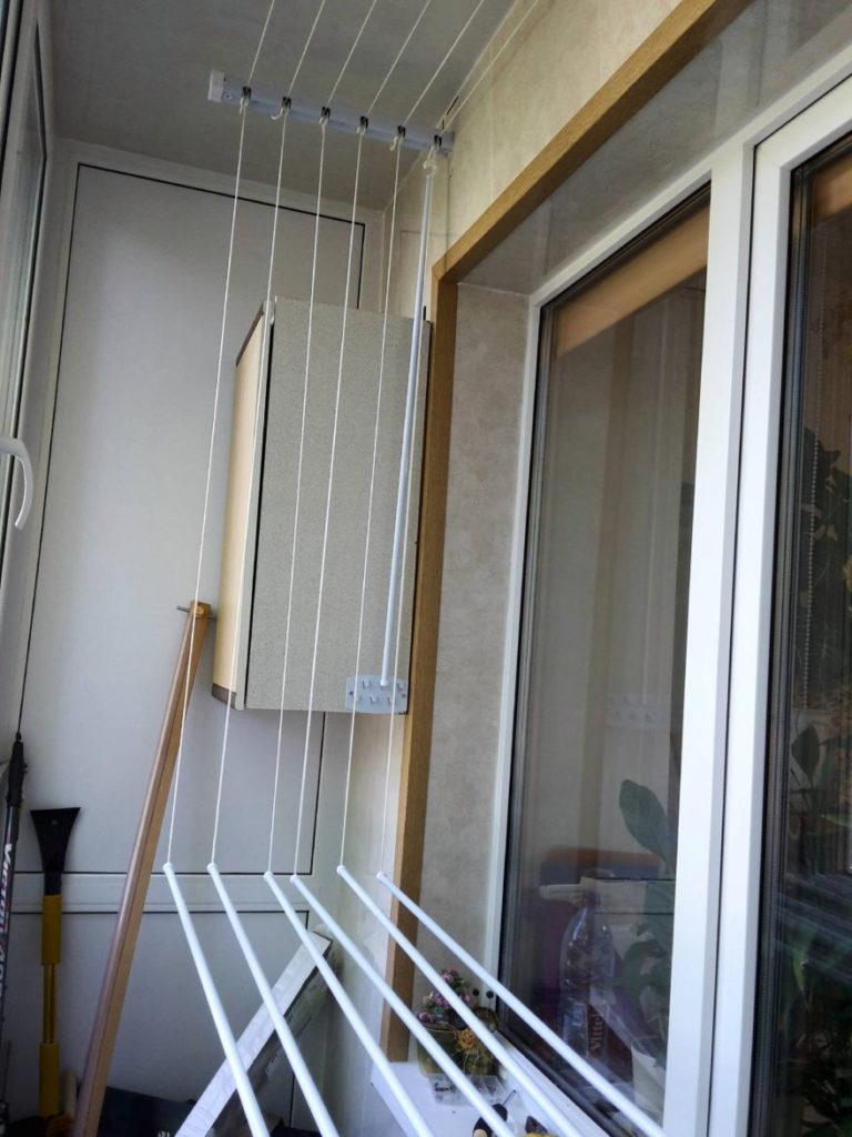 Бельевая сушилка над балконным окном