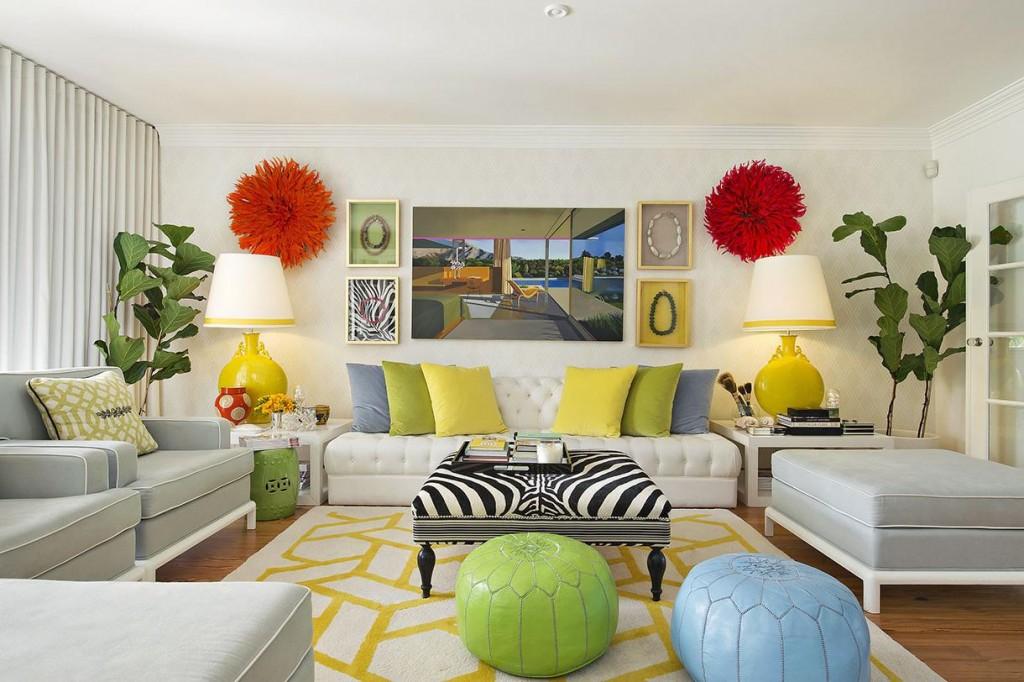 Декор гостиной комнаты с обоями в светлых тонах