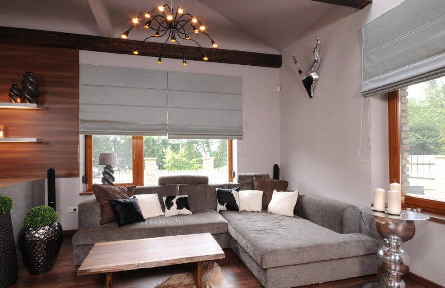 Светло-серые римские шторы в гостиной современного стиля