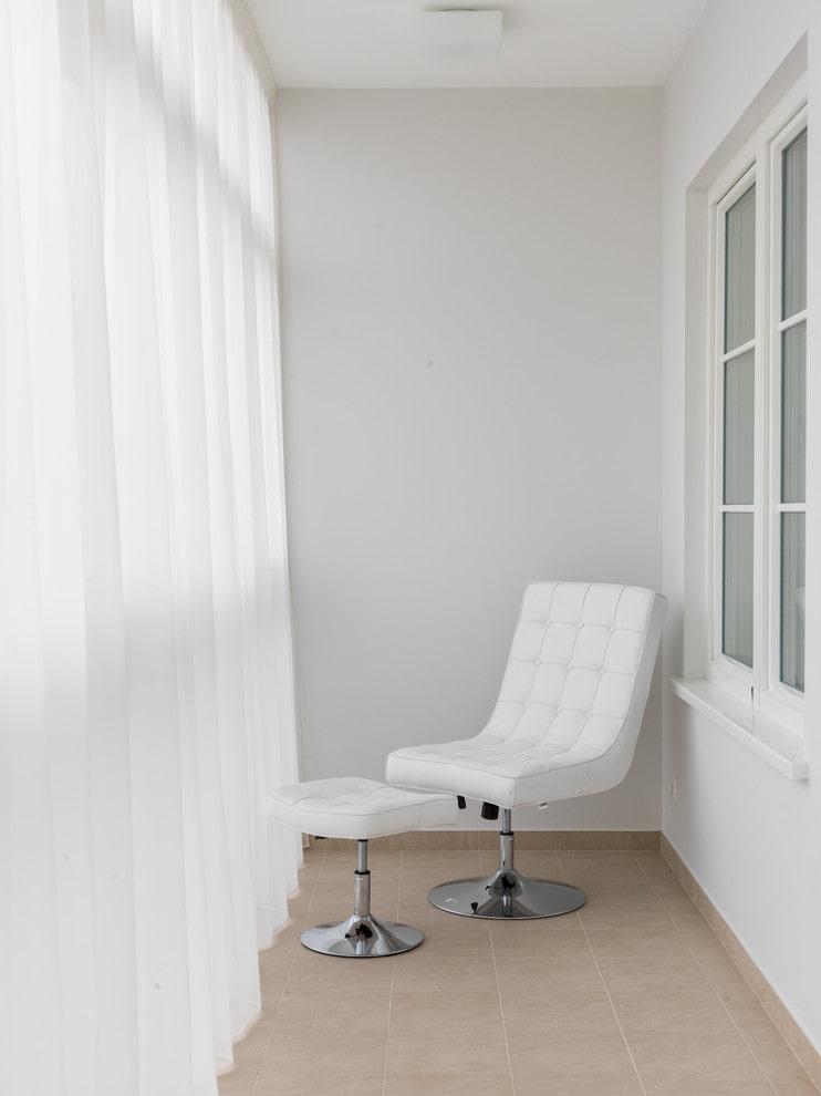 Маленький балкон в стиле минимализма