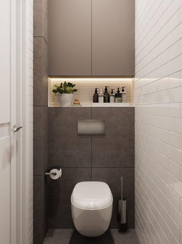 Глянцевая плитка на стене узкого туалета