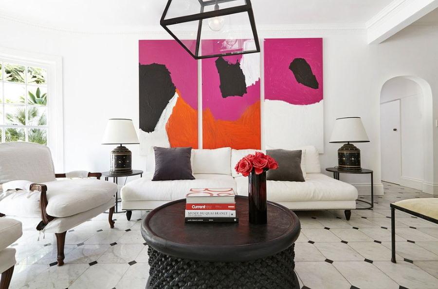 Три яркие модульные картины на белой стене