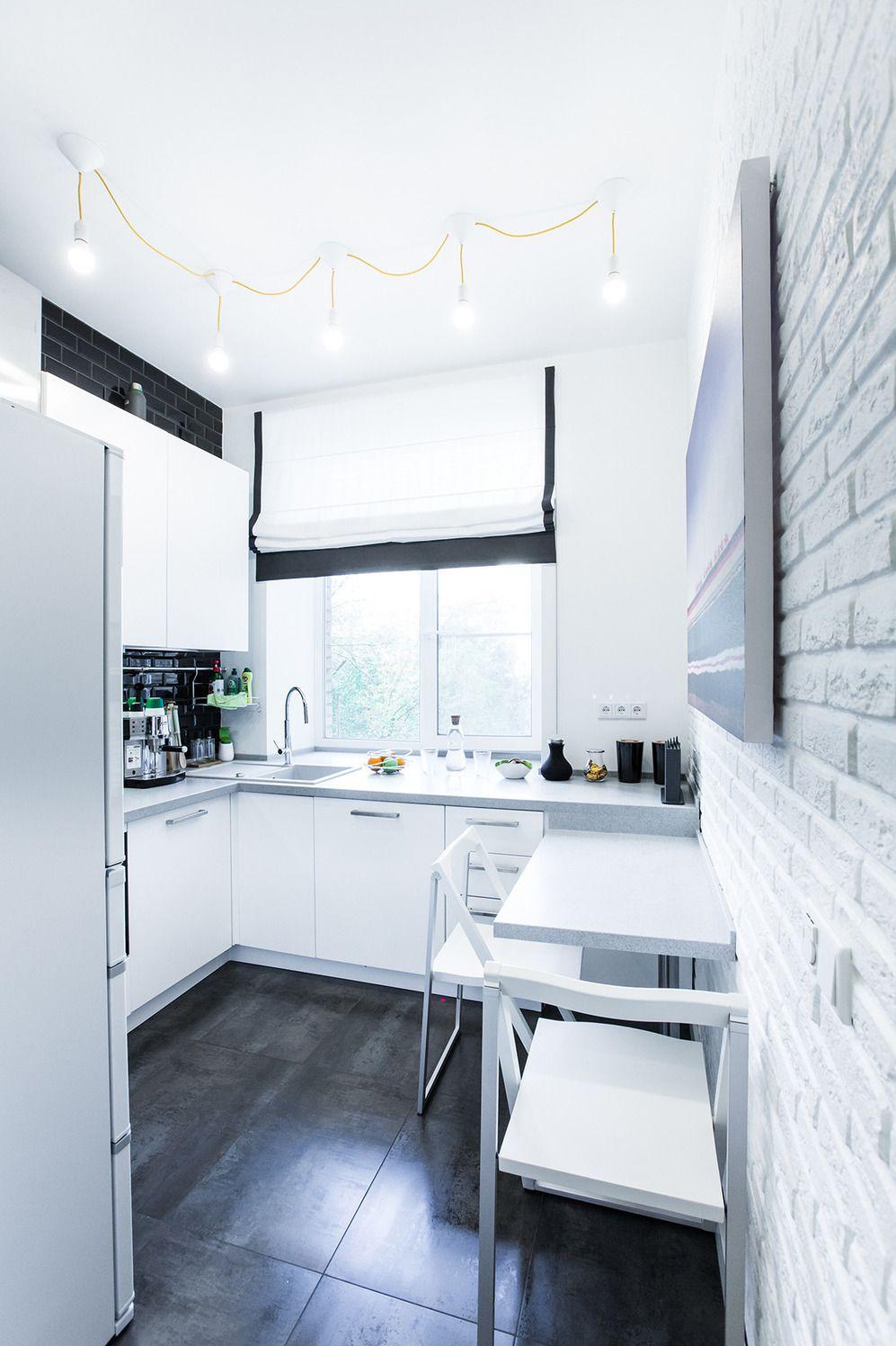 угловая кухня в хрущевке с холодильником