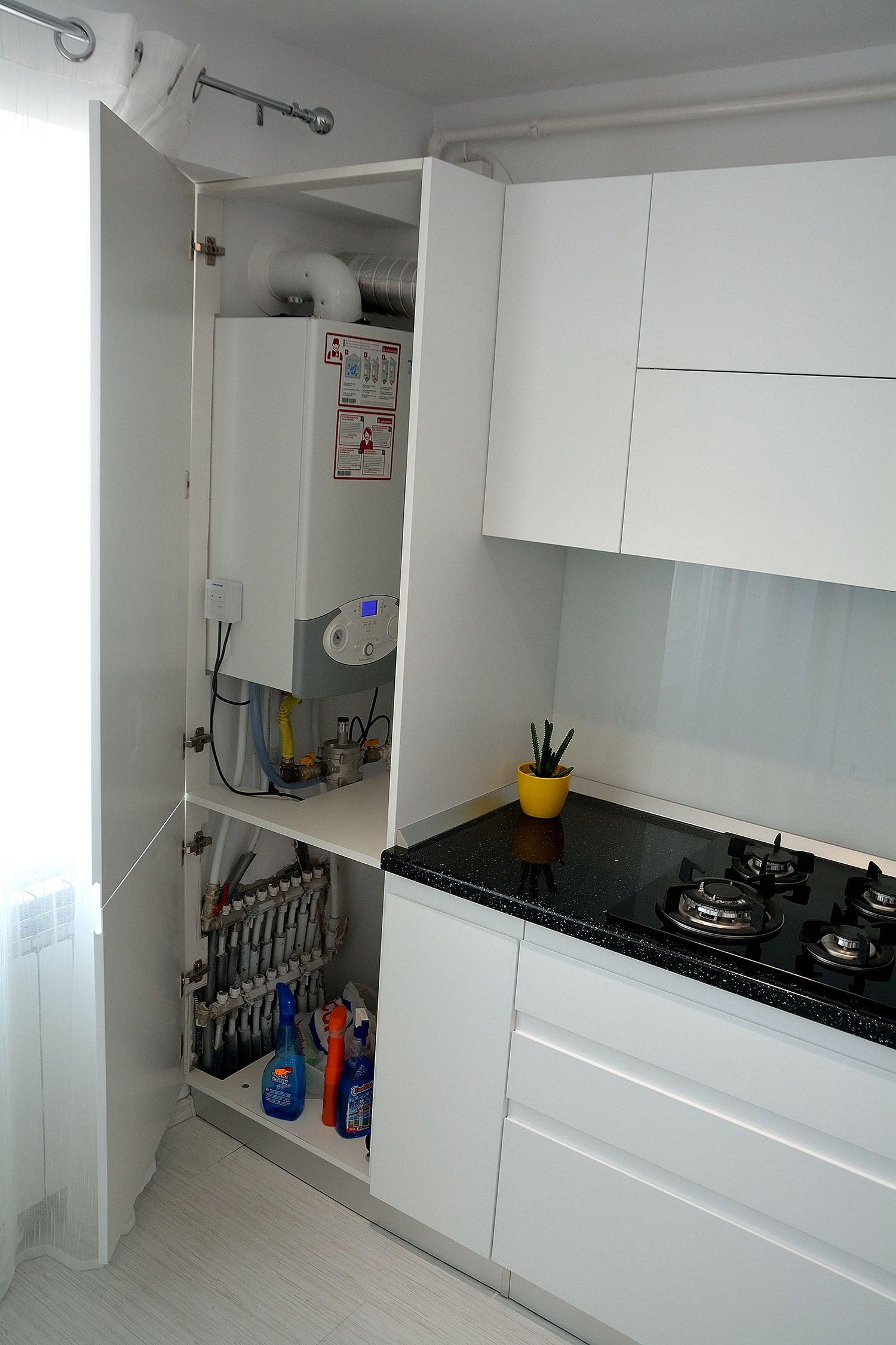 Угловая кухня в хрущевке с газовой колонкой