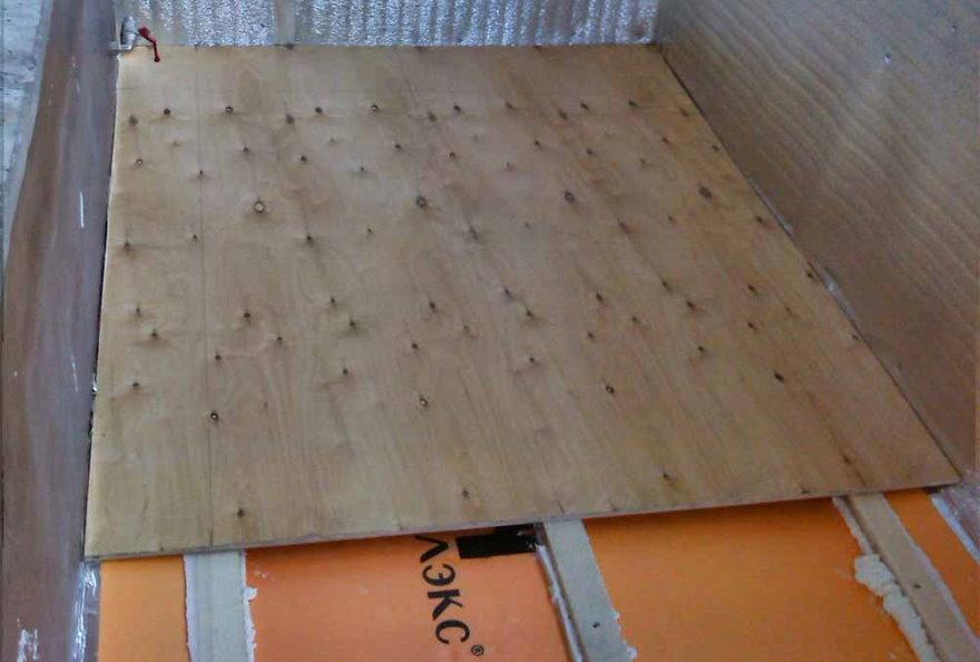 Монтаж фанеры на полу теплого балкона