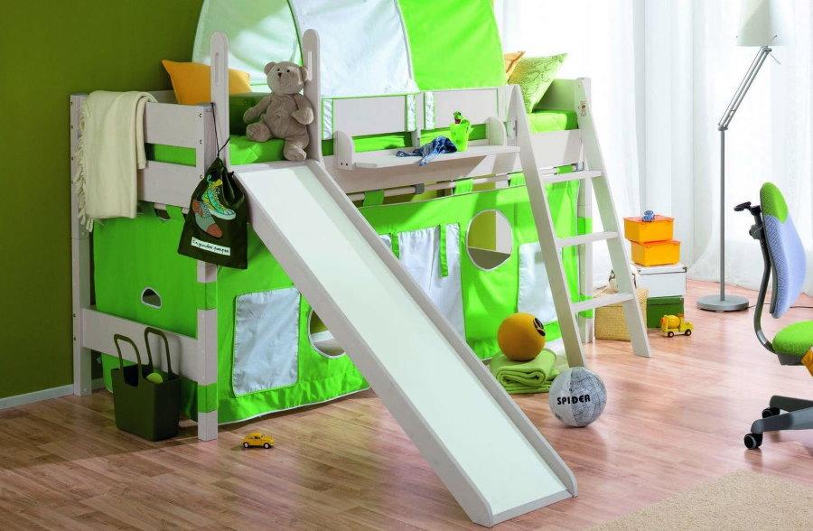 Двухъярусная кровать с горкой в детской комнате